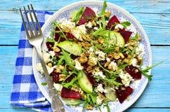 甜菜沙拉用希脂乳、苹果、核桃和芝麻菜 库存照片