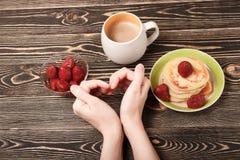 甜薄煎饼,草莓,心脏,卡片 免版税库存照片
