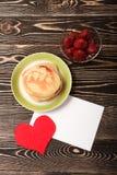 甜薄煎饼,草莓,心脏,卡片 免版税库存图片