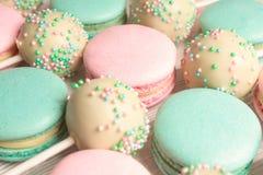 甜蛋白杏仁饼干宏观射击与蛋糕的流行 库存照片