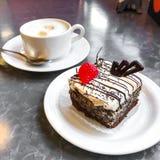 甜蛋糕、点心与奶油和罂粟种子,咖啡 库存图片