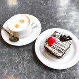 甜蛋糕、点心与奶油和罂粟种子,咖啡 图库摄影