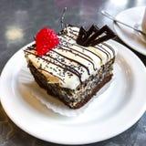 甜蛋糕、点心与奶油和罂粟种子,咖啡 免版税库存照片