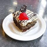 甜蛋糕、点心与奶油和罂粟种子,咖啡 免版税库存图片