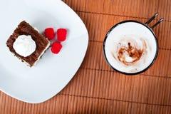 甜蛋糕用加奶咖啡 免版税库存图片