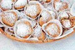 甜蛋糕,饼干,点心,在一个篮子的自创香草松饼与糖粉末 免版税库存图片