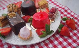 甜酒吧在夏天早晨 与蛋白质奶油的夹心蛋糕和新鲜的樱桃和莓果在蛋糕 免版税图库摄影
