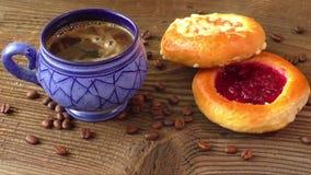甜酥皮点心用果子果酱服务用热的咖啡 股票视频