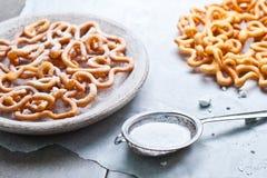 甜酥脆酥皮点心油炸和洒用搽粉的糖 免版税库存照片