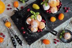 甜酸奶干酪自创小的油炸圈饼在生铁长柄浅锅的 图库摄影