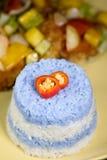 甜酸鱼白色和紫色米infront  免版税库存照片