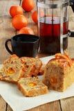 甜面包用芒果和橙色果酱 库存照片