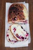 甜面包用蔓越桔,黑莓,蓝莓 免版税图库摄影