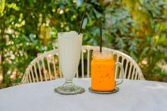 甜饮料、熄灭的椰子圆滑的人和泰国冻牛奶茶 库存照片