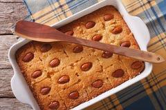 甜饼Basbousa关闭在烘烤盘 水平的顶视图 免版税库存图片
