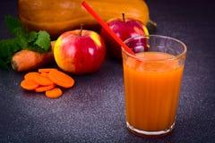 甜鲜美维生素红萝卜,南瓜,苹果汁 库存图片