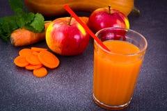 甜鲜美维生素红萝卜,南瓜,苹果汁 免版税库存照片