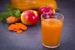 甜鲜美维生素红萝卜,南瓜,苹果汁 免版税库存图片