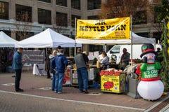甜水壶玉米供营商在罗阿诺克农夫市场上 免版税库存图片
