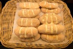 甜黄油面包顶部用黄油和糖在柳条筐 库存图片
