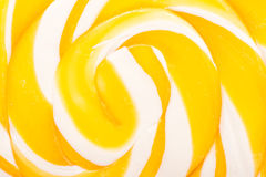 甜黄色螺旋棒棒糖 免版税图库摄影