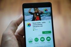 甜selfie应用在谷歌戏剧商店 免版税库存照片