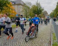 生与儿子,在轮椅坐参加种族在德国,马格德堡, 18日oktober 2015年 免版税库存照片