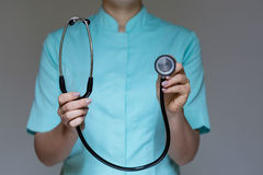医生与听诊器一起使用 库存照片