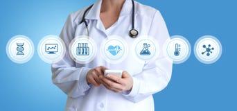 医生与应用的患者一起使用 图库摄影