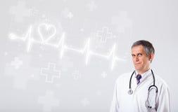 医生与抽象心脏的examinates心跳 免版税库存图片