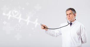 医生与抽象心脏的examinates心跳 库存图片