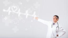 医生与抽象心脏的examinates心跳 免版税库存照片