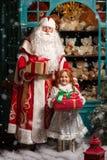 生与礼物的弗罗斯特和雪少女身分 免版税库存图片