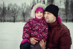 生与花费时间的女儿在冬天公园 库存照片