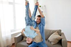 生与获得的儿子在家演奏和乐趣 免版税图库摄影
