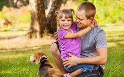 生与绿色草甸的小女儿 图库摄影