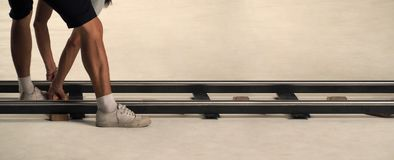 生产人员设置移动式摄影车轨道在演播室 图库摄影