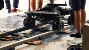 生产人员队设置移动式摄影车轨道 免版税图库摄影