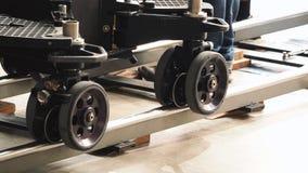 生产人员队设置移动式摄影车轨道 库存照片