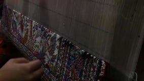 生产和编织地毯和织品 股票视频