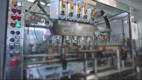 生产和装瓶的生产线碳酸化合的饮料 矿泉水的生产的工厂和 股票视频