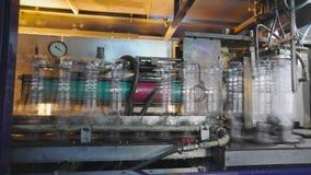 生产和装瓶的生产线碳酸化合的饮料 矿泉水的生产的工厂和 股票录像