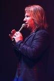 生产商维克托Drobysh谈话与在阶段的话筒在维克托Drobysh第50个年生日音乐会期间在巴克来中心 库存图片