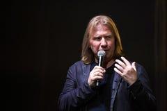 生产商维克托Drobysh谈话与在阶段的话筒在维克托Drobysh第50个年生日音乐会期间在巴克来中心 免版税库存照片