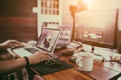 生产商` s或视频编辑器基于的` s书桌 库存图片