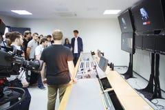 年轻生产商Ilya Bachurin在登上的影片屋子里 库存照片