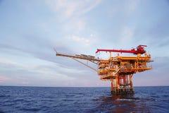 生产油和煤气的近海建筑平台 油和煤气产业和坚苦工作产业 生产平台 库存照片