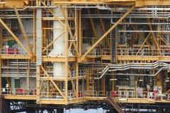 生产油和煤气,油和煤气产业的近海建筑平台 免版税图库摄影