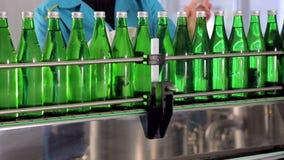 生产线的雇员抹矿泉水的绿色玻璃瓶 影视素材