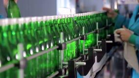 生产线的雇员抹矿泉水的绿色玻璃瓶 股票视频